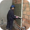 Как заштукатурить потолок видео?