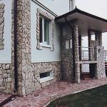 Фасад коттеджа крупными блоками