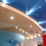 Современный потолок для спальни