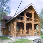 Покраска дома из оцилиндрованного бревна