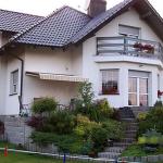 Углы фасадов домов отделанные коричневым кирпичом