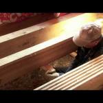 Черный пол в деревянном доме