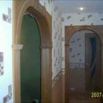Оформление стены вдоль лестницы