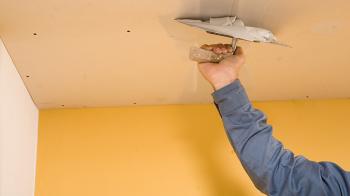 Как оформить потолок в деревянном доме?
